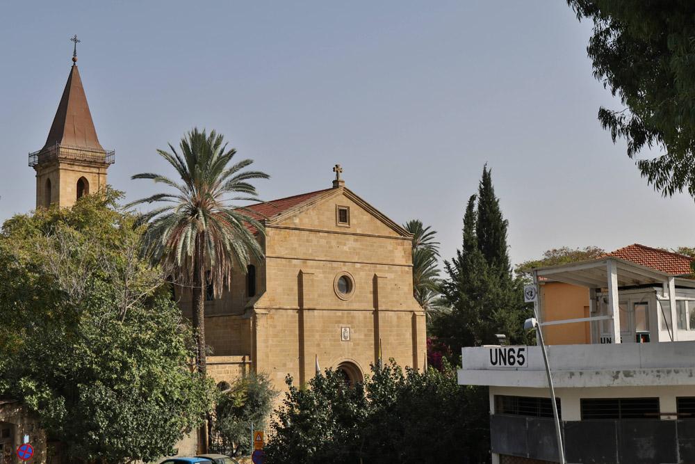 Die Heilig-Kreuz-Kirche von Nikosia in der Pufferzone mit einem Posten der UNO