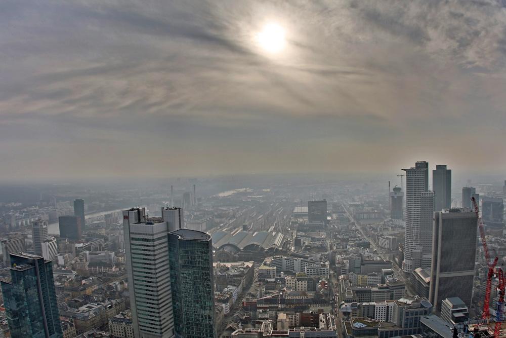 Von der Aussichtsplattform des Main Towers in Frankfurt hat man eine uneingeschränkte Sicht in alle Richtungen.