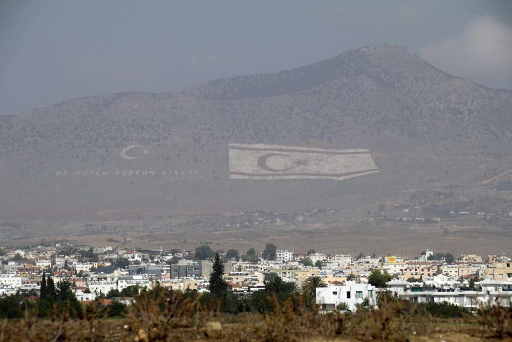 Blick von der Demarkationslinie ins besetzte Gebiet
