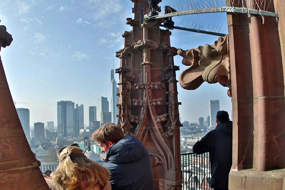Aus 66 Metern Höhe genießt man einen wunderbaren Blick vom Aussichtspunkt Kaiserdom auf die Main-Metropole Frankfurt.