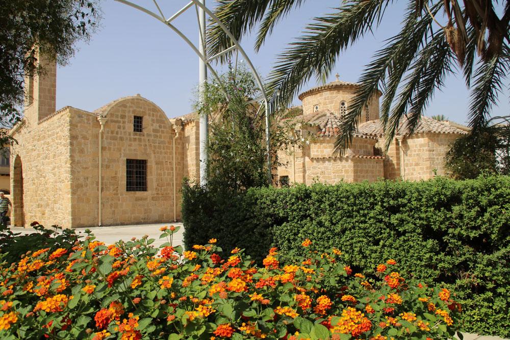 Oft sind die Kirchen von kleinen Gärten umgeben