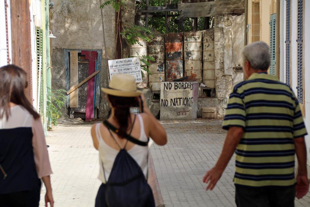 Absperrungen und Mauern sind in der geteilten Stadt ein fast normales Bild