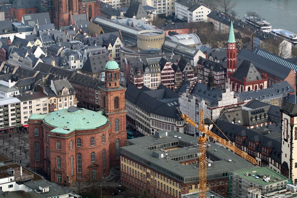 Die Sicht vom Main Tower reicht über die Altstadt Frankfurts bis zur Paulskirche - als ein perfekter Aussichtspunkt