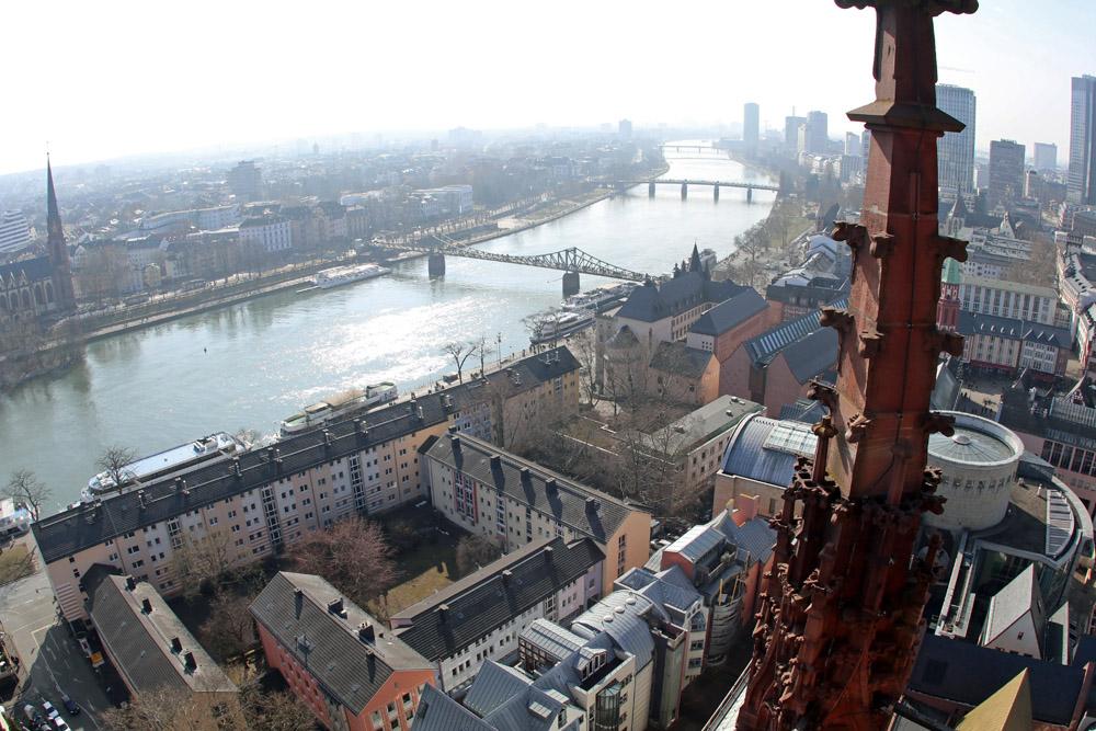 Der Kaiserdom in Frankfurt steht fast am Ufer des Mains.