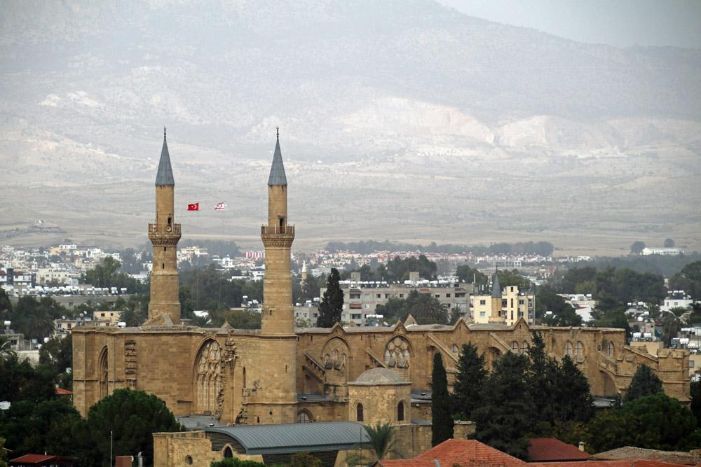 Vom Shacolas Tower in Nikosia ist auch die Selimiye-Moschee zu sehen, die einst eine gotische Kirche war