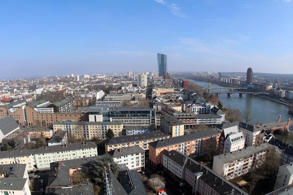 Am Horizont ist das Hochhaus der Europäischen Zentralbank zu erkennen.