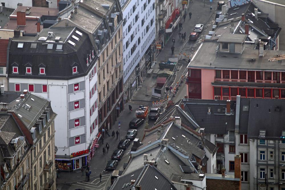 Auch einen Blick ins Frankfurter Rotlichtviertel kann man vom Aussichtspunkt Main Tower riskieren.