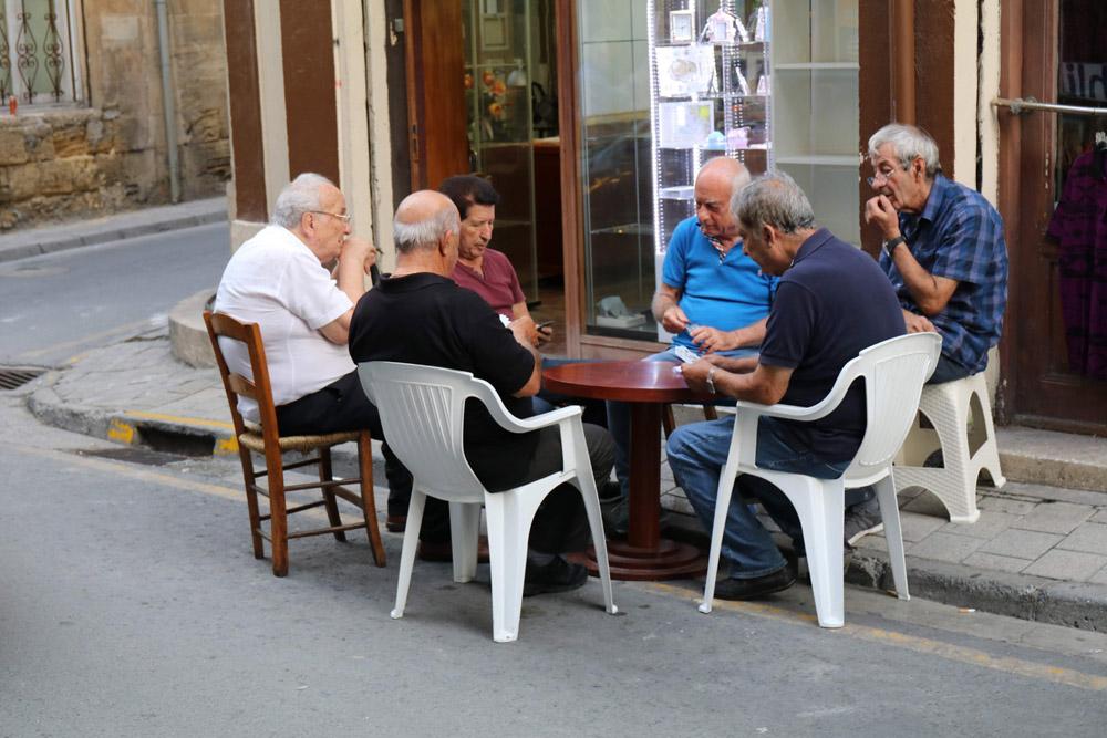 Auf den Straßen auf Zypern in Nikosia spielen die Menschen Karten