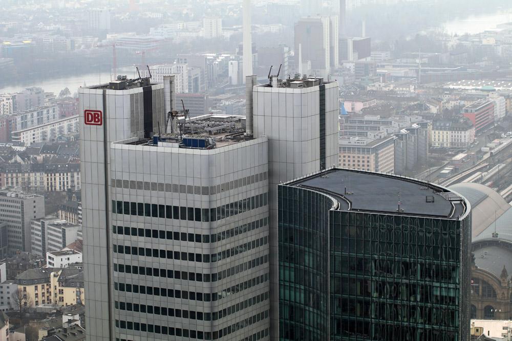 Das Hochhaus mit der Zentrale der Deutschen Bahn liegt direkt neben dem Main Tower in Frankfurt