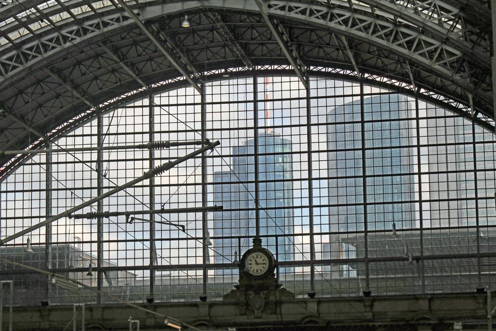 Der Main Tower (links) ist schon aus der Halle des Hauptbahnhofs in Frankfurt zu sehen.