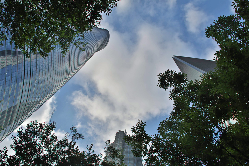 Neben dem Shanghai Tower (links) befinden sich der Jim Mao Tower (unten) sowie das Shanghai World Financial Center (rechts).