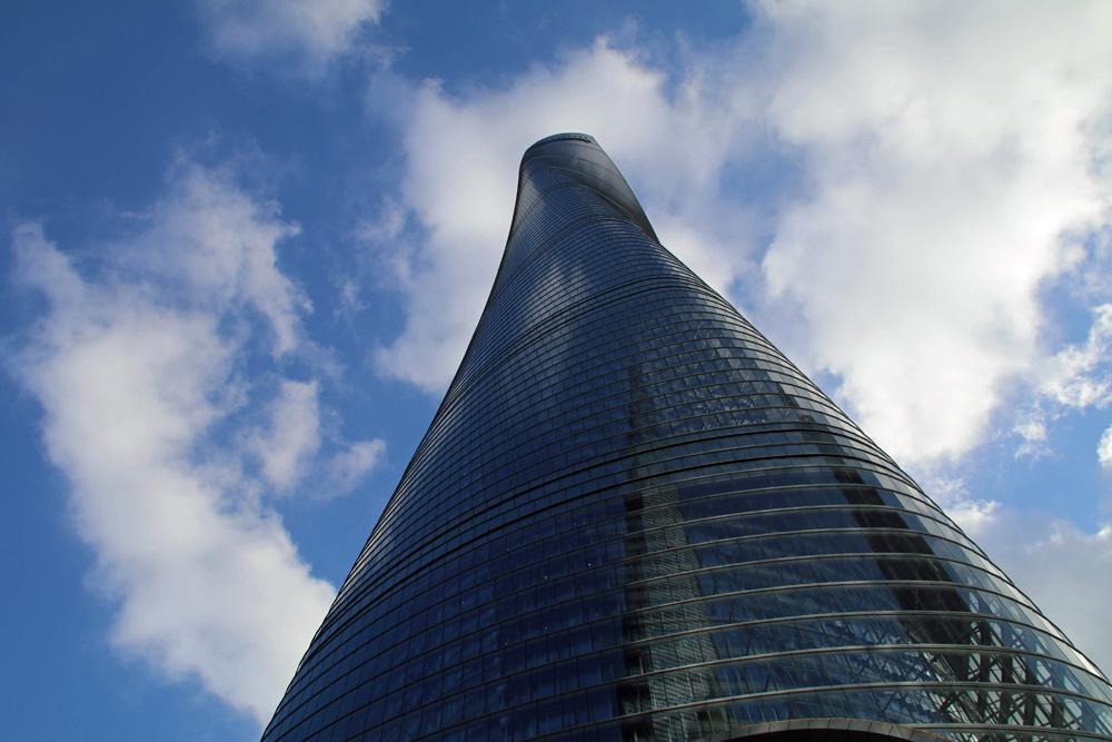 Direkt am Fuße des Shanghai Towers fühlt man sich ziemlich klein.