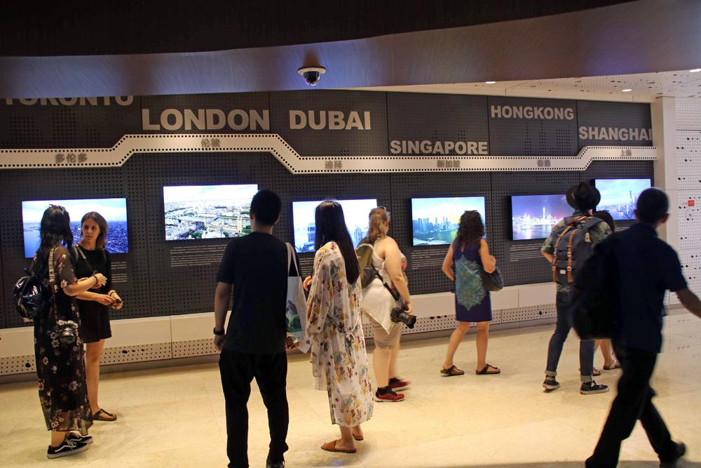 Eine Ausstellung über die höchsten Gebäude der Welt ist zu sehen.
