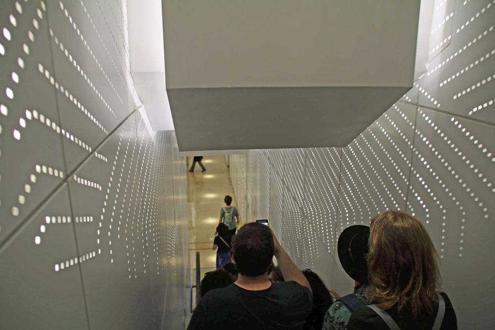 Wer auf die Aussichtsplattform des Shanghai Towers will, fährt zunächst mit der Rolltreppe nach unten.