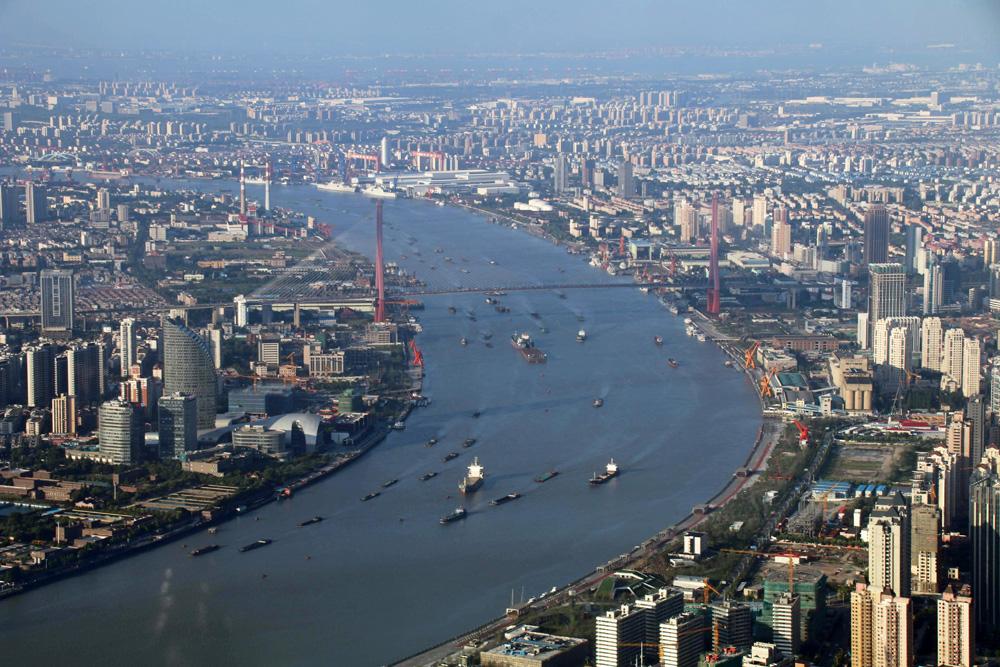 Von hier oben wird deutlich, wie unüberschaubar groß die Zahl der Hochhäuser in Shanghai ist.