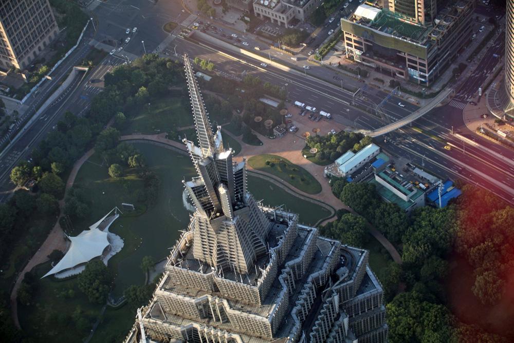 Dem 382 Meter hohen Jim Mao Tower kann man vom Shanghai Tower aus aufs Dach schauen.