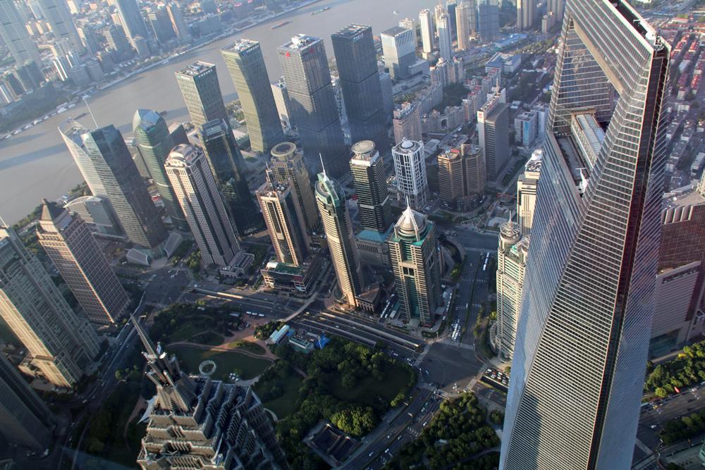 Neben dem Jim Mao Tower (links unten) genießt man von der Aussichtsplattform auch den Blick auf das Shanghai World Financial Center (rechts).