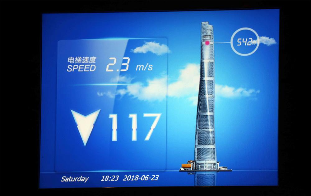 Im Fahrstuhl des Shanghai Towers informiert ein Monitor über die aktuelle Position und Geschwindigkeit.
