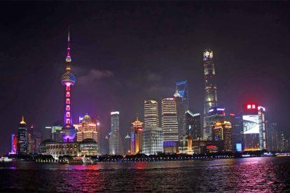 Besonders eindrucksvoll wirkt die Skyline von Shanghai, mit all ihren Hochhäusern, bei Nacht.