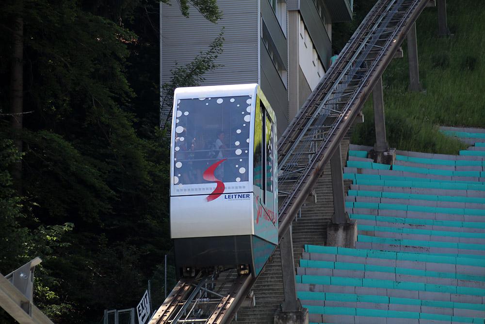 Ein Schrägaufzug bringt Skispringer und Besucher nach oben