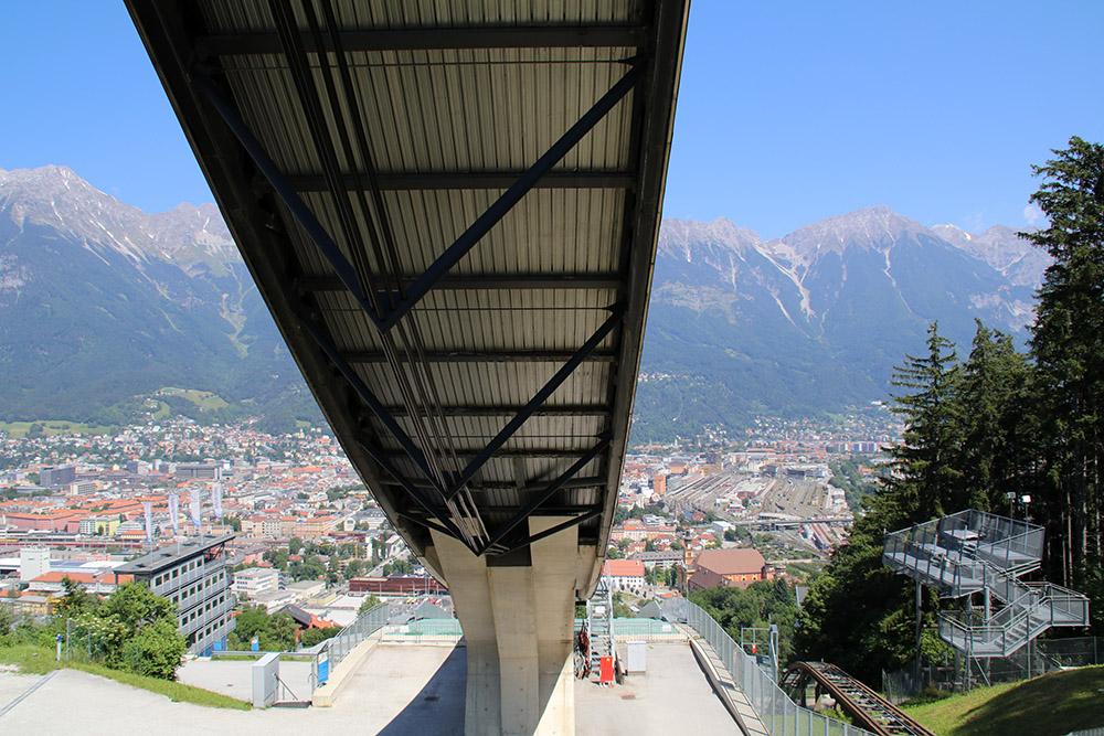 Schon vom Fuß der Schanze ist die Sicht auf Innsbruck spektakulär