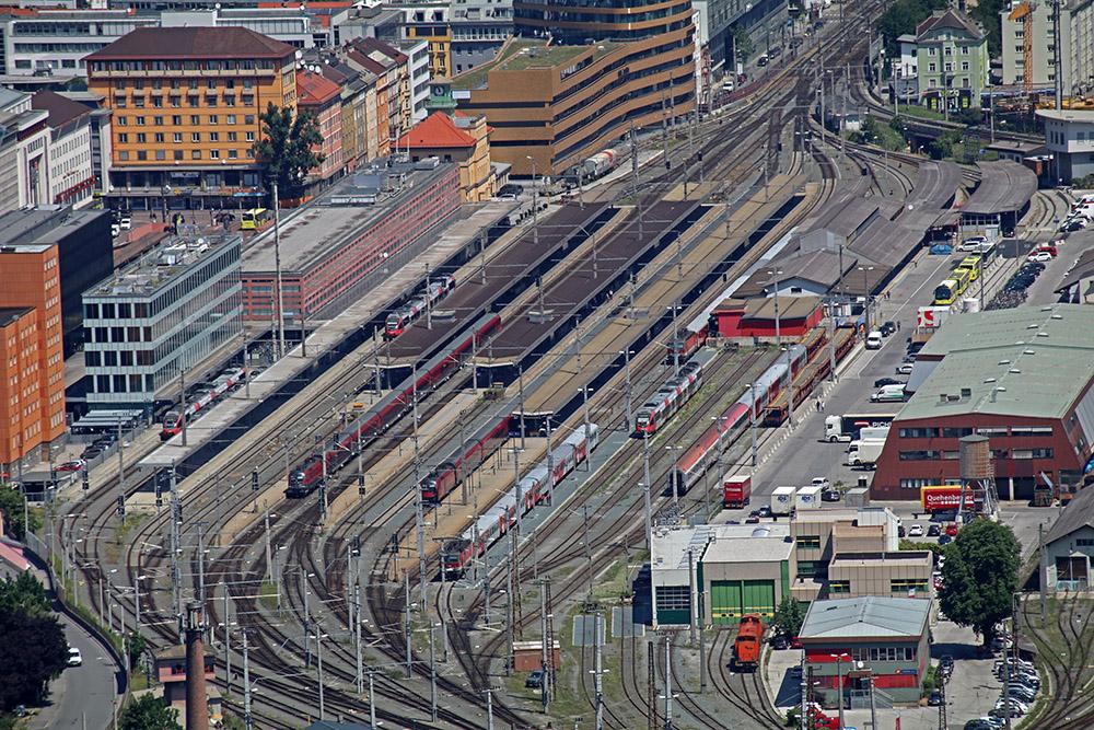 Der Hauptbahnhof Innsbruck liegt unterhalb der Skisprungschanze