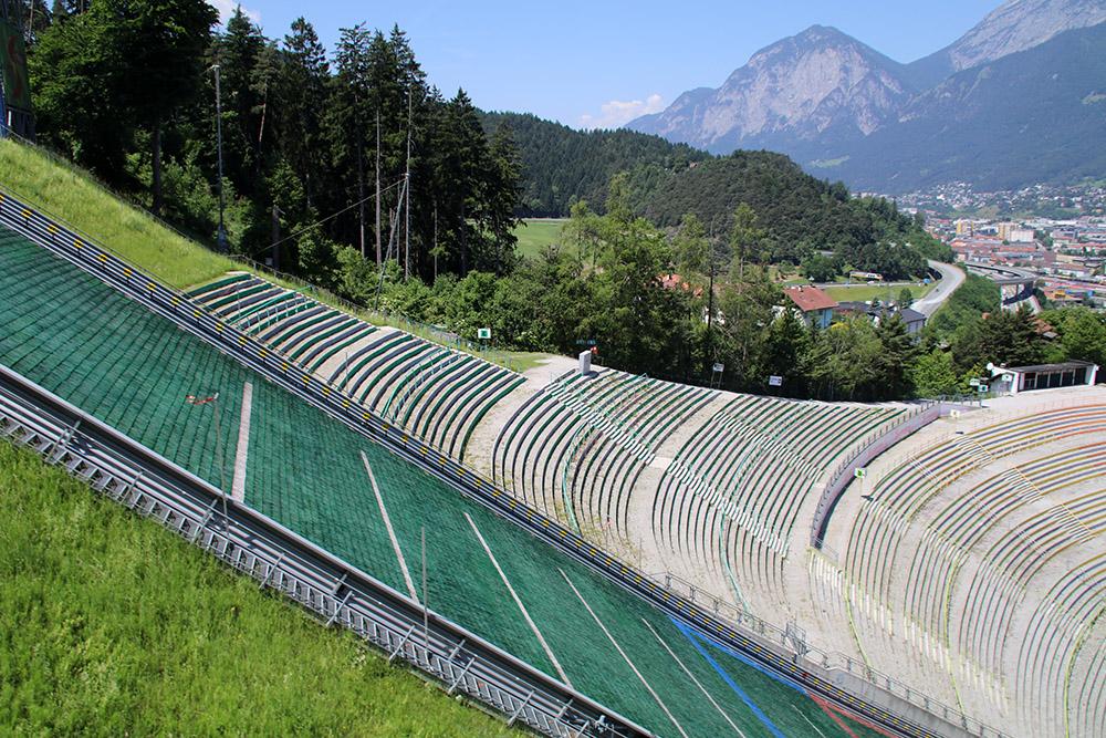 Wo sind die besten Plätze beim Skispringen in Innsbruck? Im Sommer kann man bequem jeden Platz testen