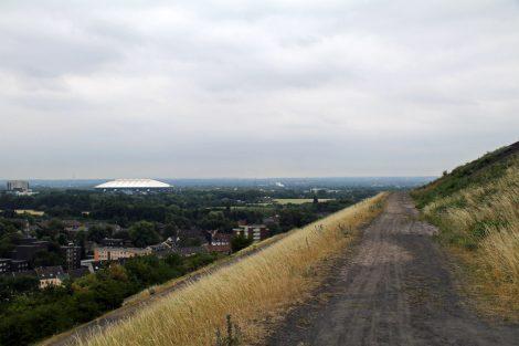 In direkter Nachbarschaft zur Halde Rungenberg in Gelsenkirchen liegt die Veltins Arena von Schalke 04