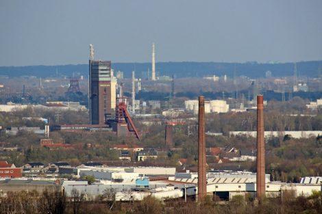 Das Zentrum von Gelsenkirchen mit dem Förderturm der Zeche Nordstern aufgenommen von der Halde Beckstraße in Bottrop im Ruhrgebiet
