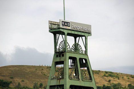 Die Halde Haniel vom Bergwerk Prosper Haniel aus gesehen
