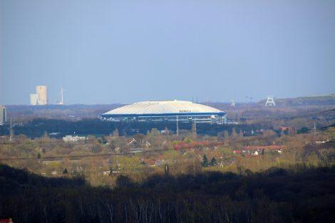 Auch die Veltins Arena auf Schalke ist von der Halde an der Beckstraße in Bottrop zu sehen