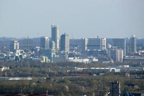 Blick von der Halde Beckstraße mit dem Tetraeder im Ruhrgebiet auf das Zentrum von Essen