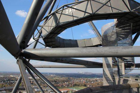 Aus luftiger Höhe kann man vom Tetraeder auf der Halde an der Beckstraße in Bottrop im Ruhrgebiet die Aussicht genießen
