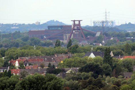 Von der Halde Rheinelbe in Gelsenkirchen ist auch die Zeche Zollverein in Essen zu sehen