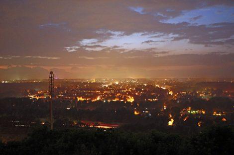 Nächtlicher Blick von der Halde Hoheward auf das Ruhrgebiet