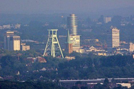 Von der Halde Hoheward kann man bis nach Bochum mit dem Bergbaumuseum und seinem Fördergerüst schauen