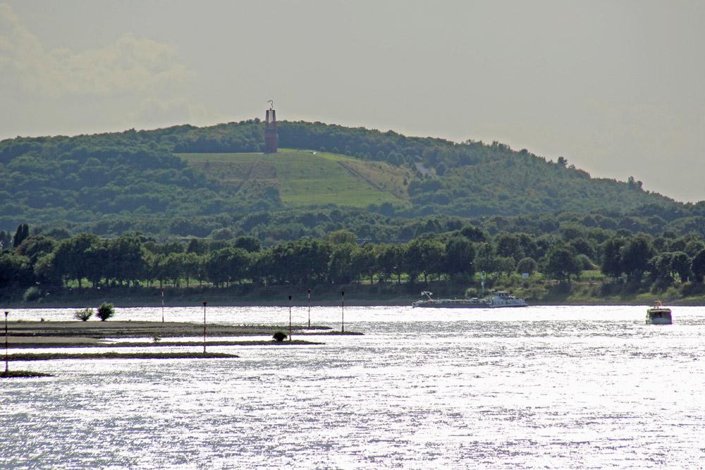 Die Halde Rheinpreußen in Moers mit dem Rhein
