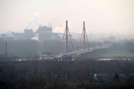 Blick über den Rhein nach Duisburg