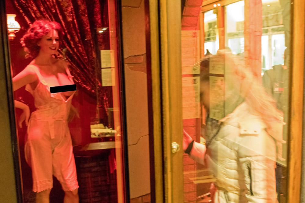 Der Besucher kann einen Blick in die Hinterzimmer der Amsterdamer Rotlichtviertels zu Beginn des 20. Jahrhunderts werfen