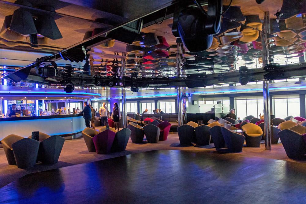 Tanzfläche mit Bar in einer Disco auf der DFDS King Seaways zwischen Amsterdam und Newcastle