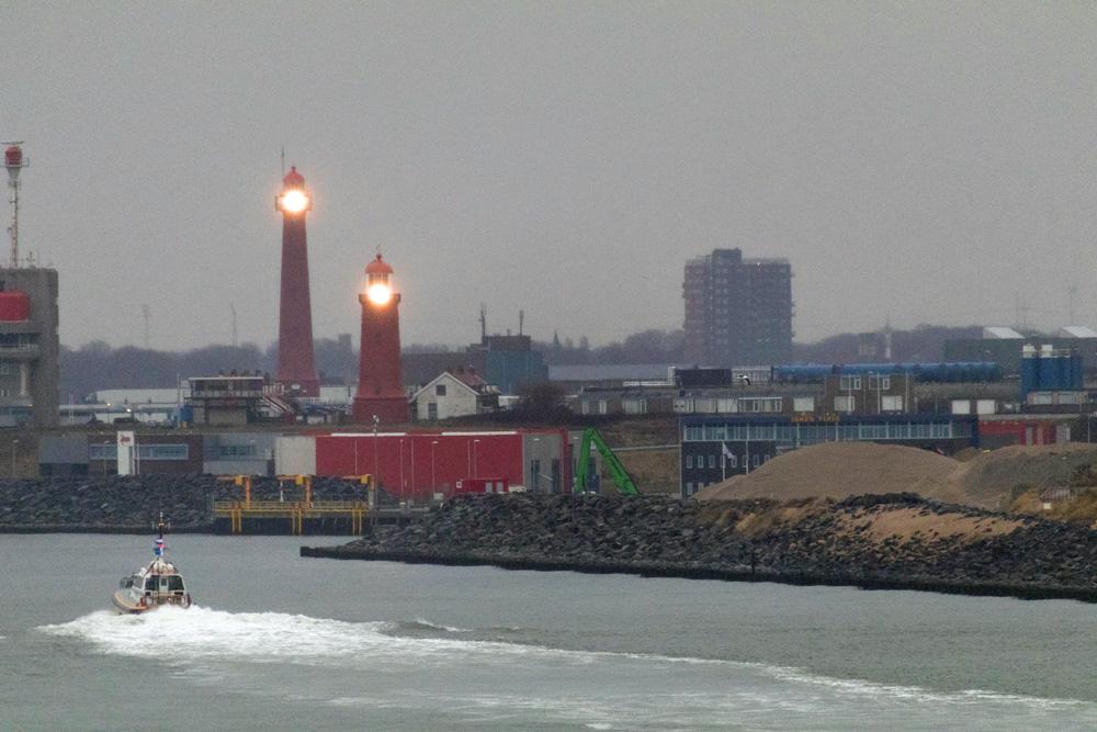 Der Hafen von IJmuiden bei Amsterdam mit zwei Leuchttürmen