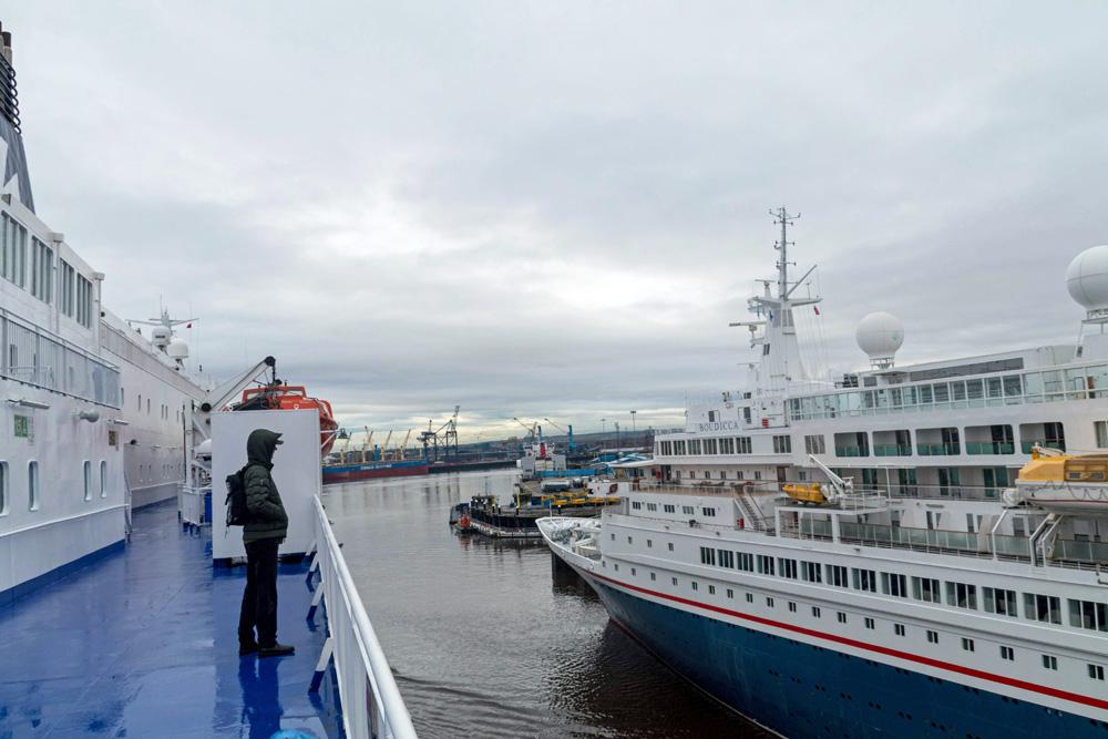 Begegnung der DFDS King Seaways mit einem Kreuzfahrtschiff