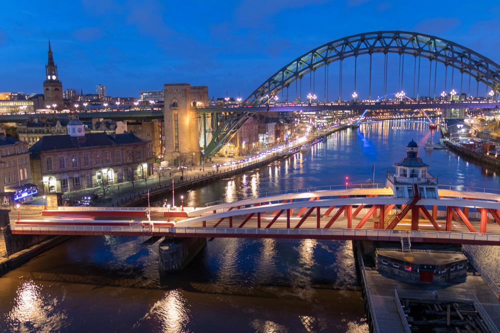 Newcastle und seine Brücken bei Nacht