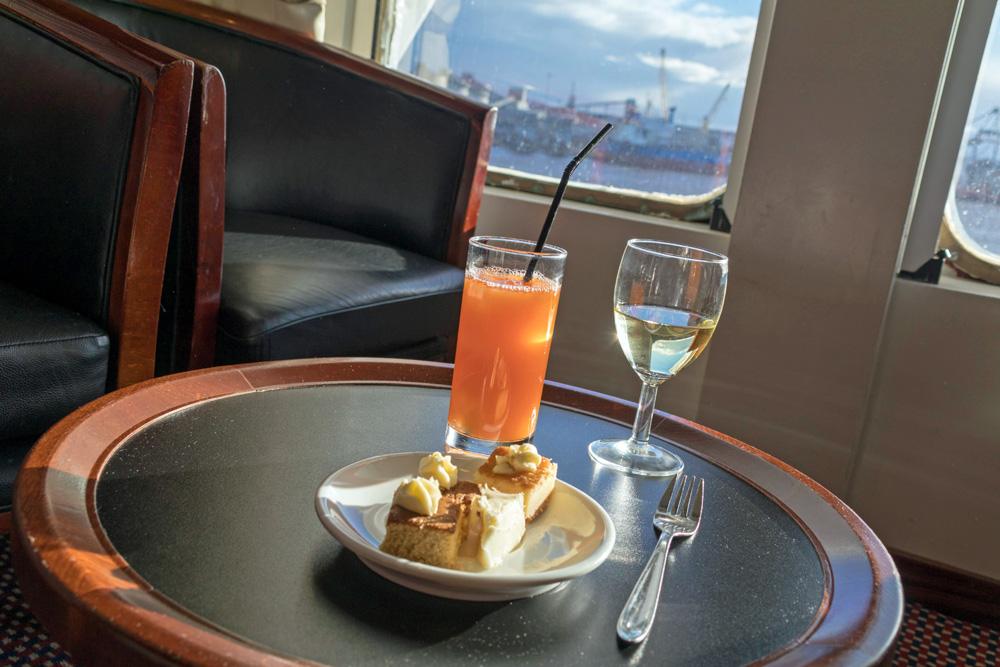 In der DFDS Commodore Lounge auf der King Seaways gibt es gratis Getränke und kleine Snacks
