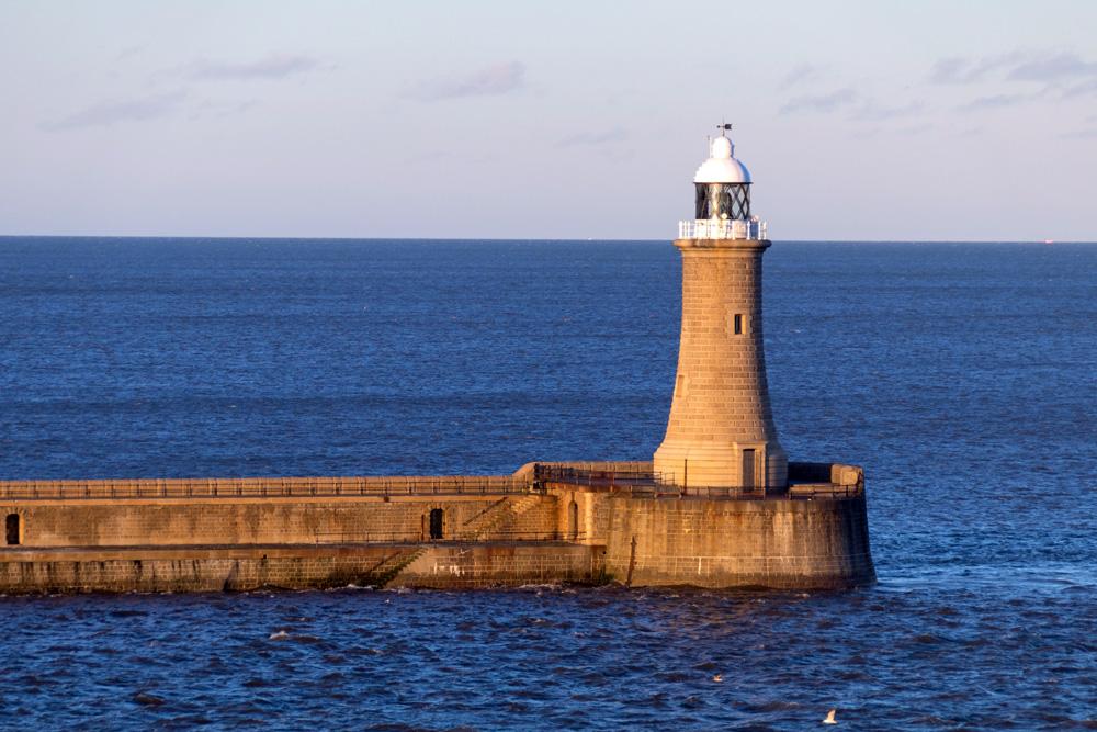 Einfahrt mit der King Seaways in den Fluss Tyne und ein Leuchtturm an der Mündung