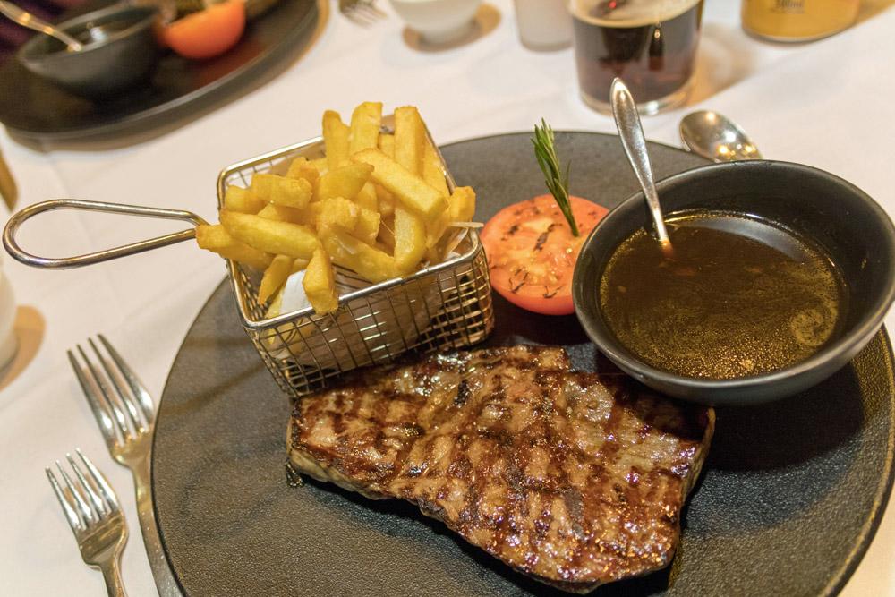 """Abendessen im À-la-carte-Restaurant """"Bistro North Sea"""" auf der DFDS King Seaways während einer Minikreuzfahrt"""