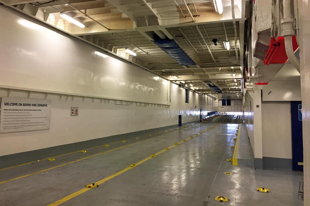 Das Autodeck auf der DFDS King Seaways - der Fähre zwischen Amsterdam und Newcastle in England