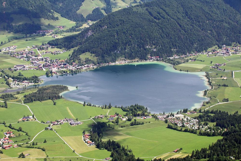Vom Gipfel des Heubergs in Österreich genießt man diese Sicht auf den Walchsee in Tirol