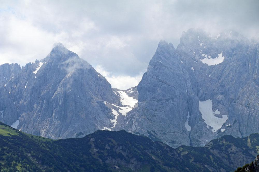 Auch der Wilde Kaiser mit seinen Nordwänden und dem Ellmauer Tor sowie der Ellmauer Halt ist vom Heuberg Gipfel aus zu sehen