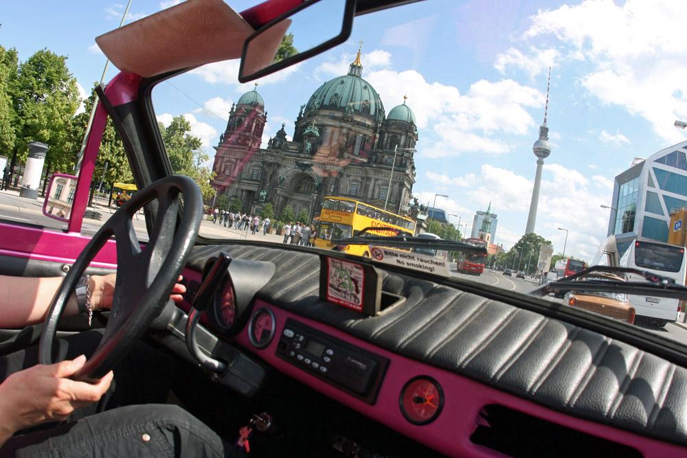 Der Berliner Dom von einem Trabi während einer Safari gesehen.